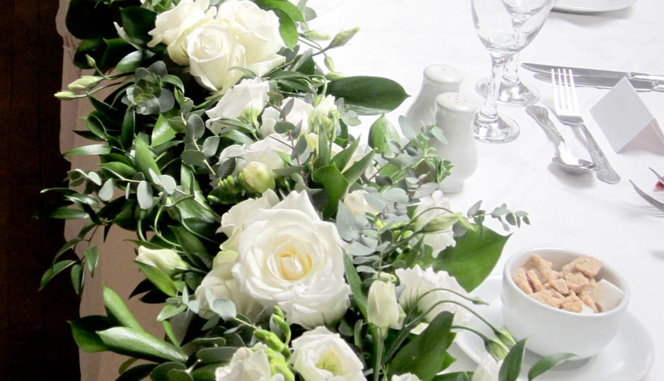 White_roses_top_table_flower_display_wedding_breakfast